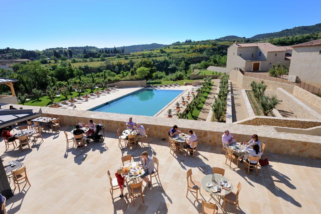 Piscine et terrasse Jardins de Saint Benoit