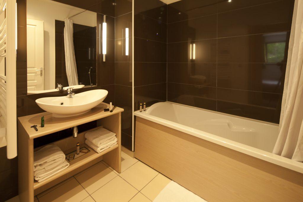 Salle de bain du duplex avec 2 chambres au Château des Magnans à Jausiers