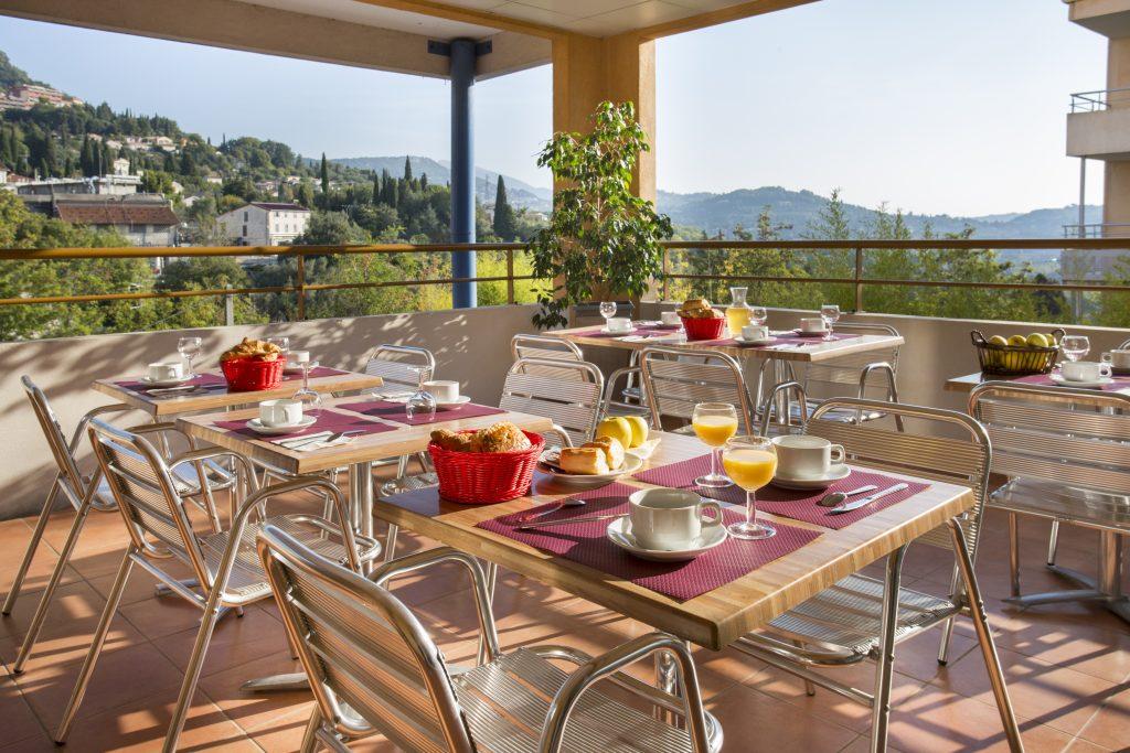 Petit-déjeuner de la résidence hôtelière/hotel de Le Virginia by Popinns avec vue sur la ville de Grasse