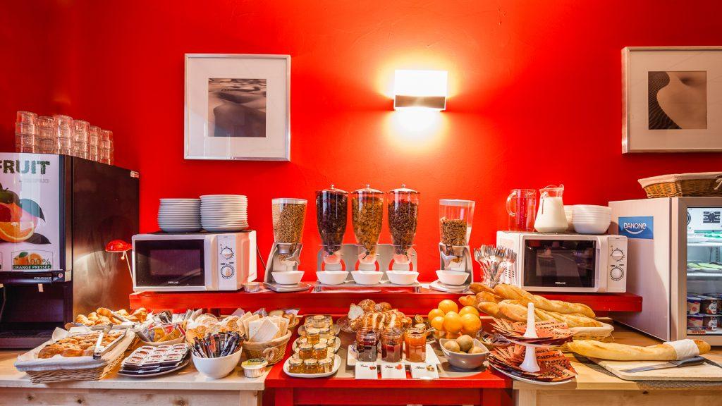 Peti-déjeuner dans la salle restaurant hall de la résidence hôtelière / hôtel le Ruby Suites à Strasbourg