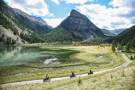 Voyage à moto dans la Vallée de l'Ubaye près de Jausiers et du Château des Magnans by Popinns